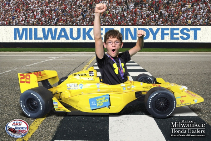 excited kid, green screen photography, fab photo, chicago, milwaukee indyfest, onsite photo print souvenir, sponsored by milwaukee honda dealers